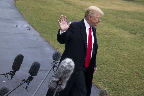 Trump kertoi uusista pakotteista perjantaina konservatiivien kokoontumisessa lähellä Washingtonia.