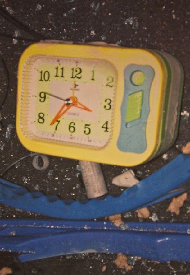 Pommi oli tehty tavanomaisista esineistä. Esimerkiksi tämä herätyskello oli asetettu pommiin ajastimeksi.