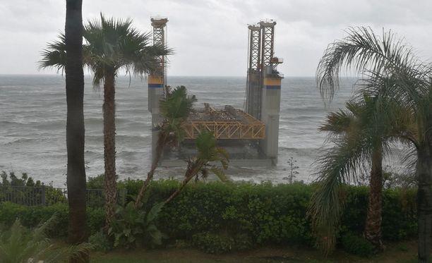 Kuljetuksessa irronnut rakennelma ajautui ja jämähti Benalmadenan rantaan.