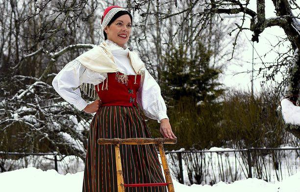 Tältä näyttää Merikarvian kansallispuku Mari Varosen päällä.