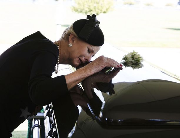Cindy McCain kumartui miehensä arkun ylle jättämään viimeiset jäähyväisensä.