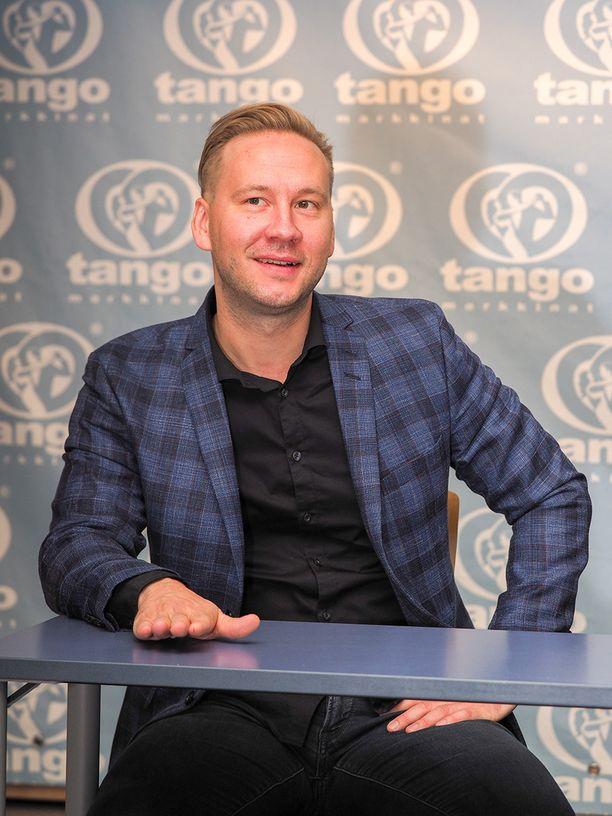 Antti Kuhmonen kiittelee tangokisan hyvää tunnelmaa.