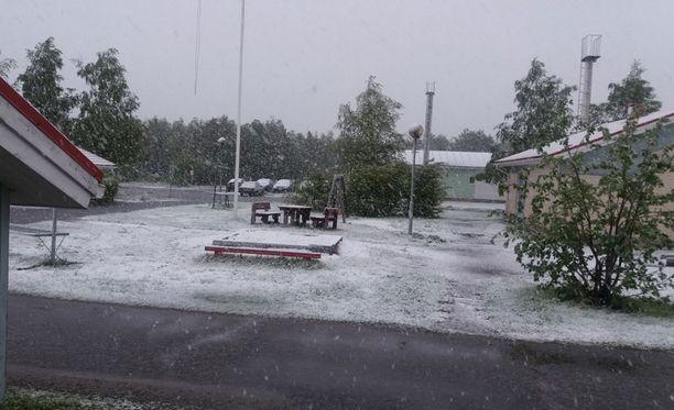 Keminmaalla satoi torstain vastaisena yönä muutaman sentin lumikerros. Kuva otettu puoli kuudelta aamulla.