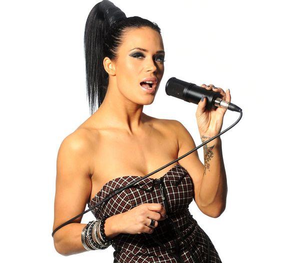 Tammikuussa 2011 julkistettiin Martinan ja Universalin solmima levytyssopimus.