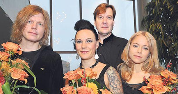VOITTAJAT Jori Sjöroos, Mira Luoti ja Paula Vesala sekä (takana) Magnus Lindberg jakoivat Teoston palkinnon.