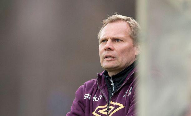FC Lahden päävalmentaja Toni Korkeakunnas voi joutua viuhahtamaan tänä vuonna Kisapuistossa.