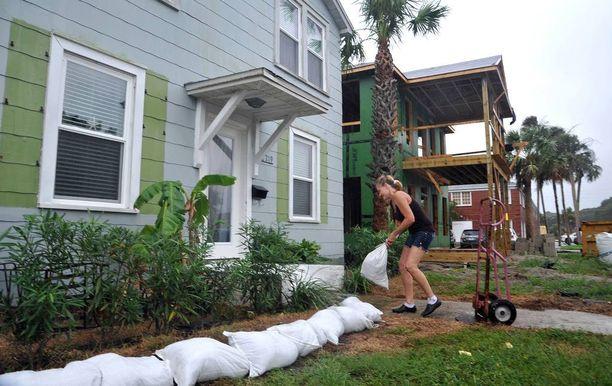 Omakotitaloissa asuvat yrittävät suojata talojaan muun muassa hiekkasäkeillä.