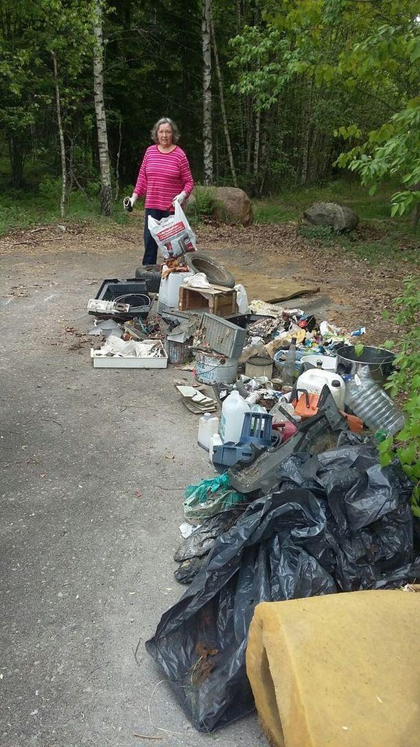 Kaija Erkkilä keräsi metsästä löytyneitä roskia.
