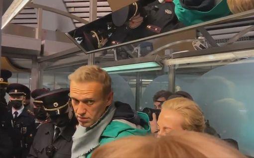 """Oikeus määräsi Navalnyin vangittavaksi kuukauden ajaksi – oppositiojohtaja kehottaa kansalaisia """"lähtemään kaduille"""""""