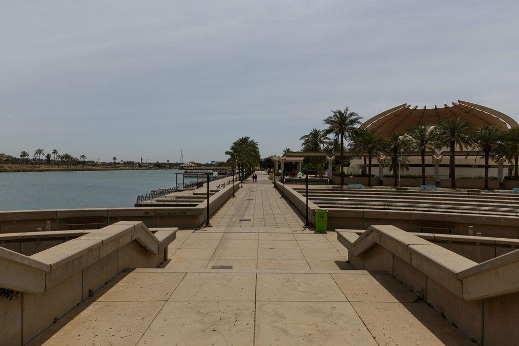 Alueella on pitkiä rantabulevardeja.