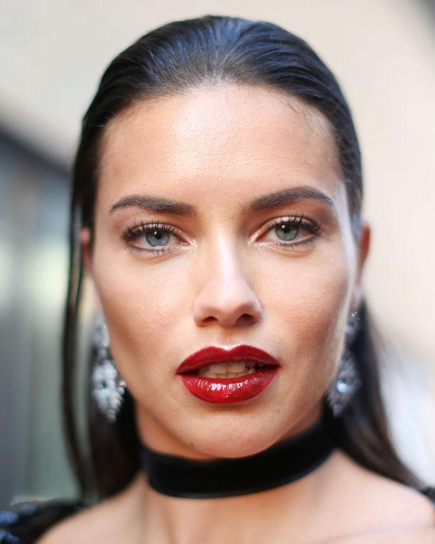 Adriana Liman huulet eivät ole näin muhkeat ilman meikkiä, luottomeikkaaja paljastaa.