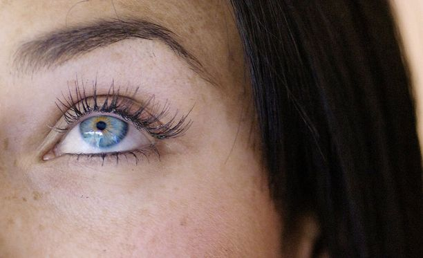 Irtoripsien kiinnitys kannattaa aloittaa silmän ulkonurkasta.