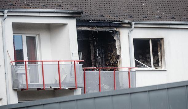 Mies hyökkäsi kolmen viranomaisen kimppuun asunnossa Hampurissa.