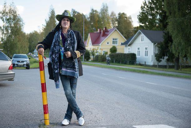 Andy McCoy ja Angela-vaimo muuttivat Karkkilaan Helsingin hienostoalueelta.