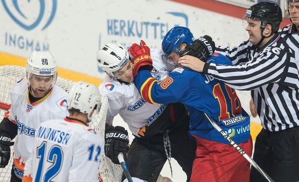 Jesse Joensuun kanssa tappeleva Nikolai Stasenko on toinen Severstalin ukrainalaispelaajista.