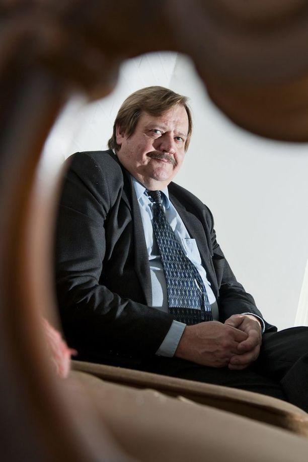 Yhteiskuntatieteiden tohtori ja vakuutusmatemaatikko Olli Pusa arvelee, että keskustelua muista indeksimalleista ei ole käyty, koska eläkejärjestelmä on keskittynyt tyrmäämään palkkaindeksimallin liian kalliina.