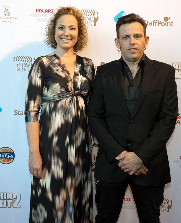 Leffassa pariskuntaa esittävät Miia Nuutila ja Timo Lavikainen.