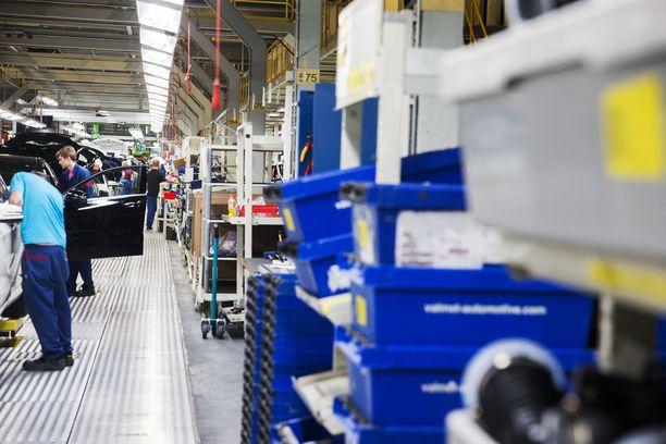 Valmet Automotive valmistaa henkilöautoja Uudessakaupungissa. Tänä vuonna yritys käynnistää akkujen tuotannon Salossa.