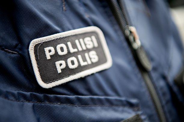 Poliisi etsii bussipysäkillä tapahtuneesta ryöstöstä tummiin vaatteisiin pukeutunutta laihaa miestä.