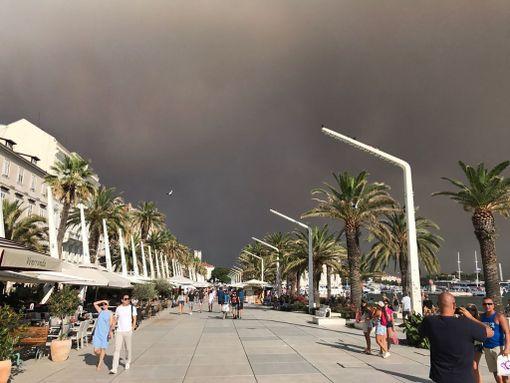 Kroatian metsäpaloista on muodostunut runsaasti savua.