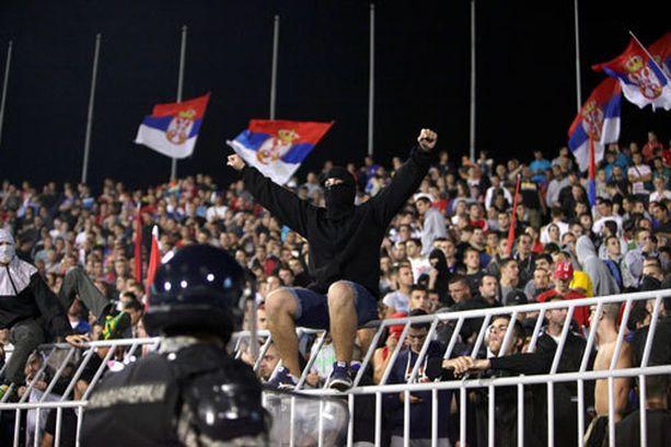 Serbialaisultrat olivat tiukassa poliisivartioinnissa, mutta jokunen onnistui läpäisemään seulan.