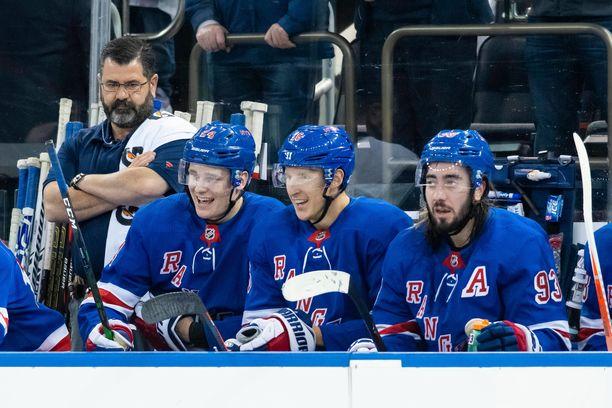 Kaapo Kakko on nousemassa ykkösketjuun Mika Zibanejadin (oikealla) vierelle. Ryan Strome (keskellä) pelannee kakkosketjun keskellä.