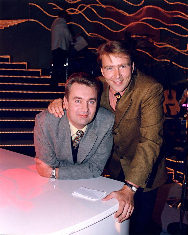 Timo Koivusalo ja Joel Hallikainen olivat Tuttu juttu show'n juontajapari lähes koko ohjelman ajan. Kuva vuodelta 1998.