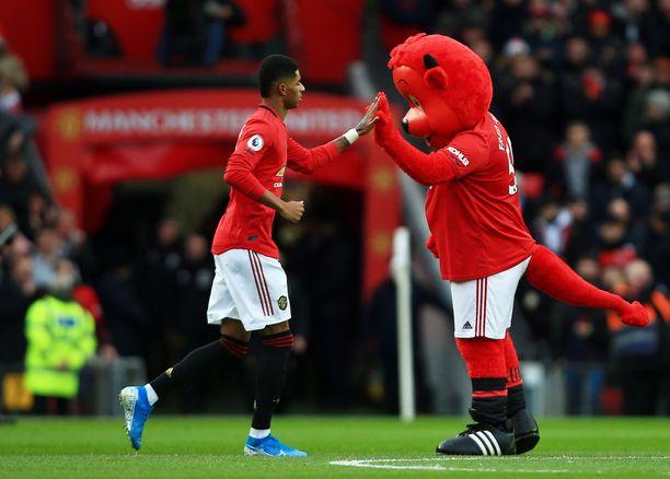 Manchester Unitedin oma kasvatti Marcus Rashford tervehti seuramaskotti Fred the Redia.