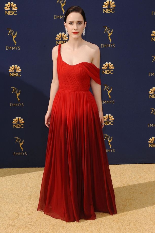 Rachel Brosnahan Oscar de la Rentan iltapuvussa.