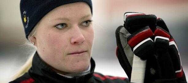 Noora Räty rikkoo rajoja pelaamalla ensimmäisenä suomalaisnaisena miesten sarjoissa.