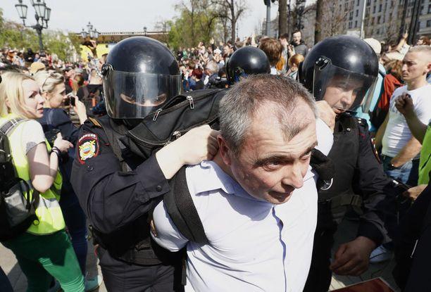 Mellakkapoliisit pidättivät lapsia, nuoria ja vanhuksia varsin väkivaltaisin ottein mielenosoituksissa.