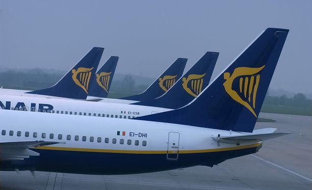 Maanantaista alkaen Ryanairin koneiden matkustamon puolella kulkee vähemmän käsimatkatavaraa.