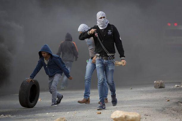 Palestiinalaiset mielenosoittajat valmistautuivat eilen heittämään kiviä Oferin sotilasvankilan ulkopuolella lähellä Ramallahia.