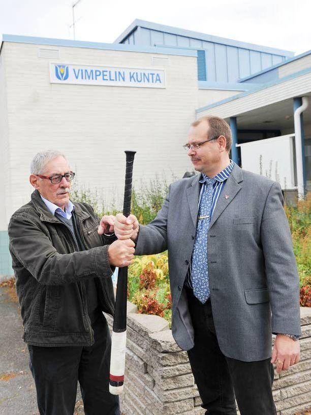 Kilpailijat Pesäpallopitäjä Vimpelissä Kari Lakaniemen (vas.) keskusta uhkaa menettää asemansa kansanedustaja Reijo Hongiston perussuomalaisille.