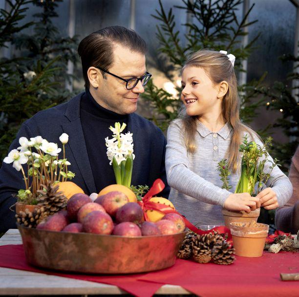 Prinssi Daniel ja prinsessa Estelle koristelivat joulukoristeita.