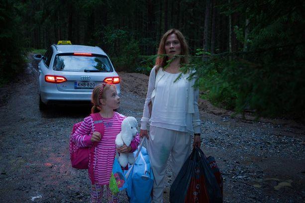Anna (Eedit Patrakka) ja Katri (Lotta Kaihua) lähtevät yhdessä pakoon pahoja miehiä.