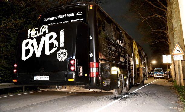 Borussia Dortmundin joukkuetta kuljettaneen bussin reitillä räjähti kolme pommia.