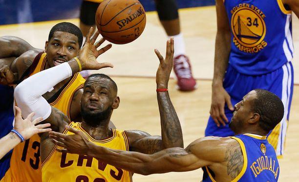 Ottelu oli LeBron Jamesille ja Cavaliersille vaikea. Andre Iguodala pelasi väkevästi.