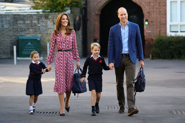 Prinsessa Charlotte ja prinssi George astelemassa kouluun vanhempiensa saattamina.