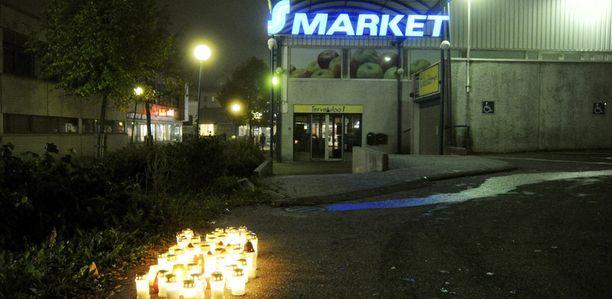 19-vuotiaan muistoksi oli sytytetty kymmenittäin kynttilöitä. Nuorukaisen kaverit kävivät lauantai-iltana hiljentymässä parkkipaikalla.