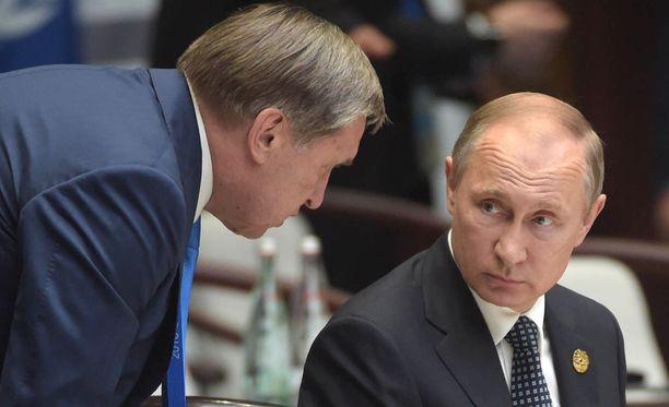 Vladimir Putinin avustaja Juri Ushakov (vas.) kertoi venäläismedialle tulevan Venäjän ja USA:n presidenttien tapaamisen yksityiskohdista.