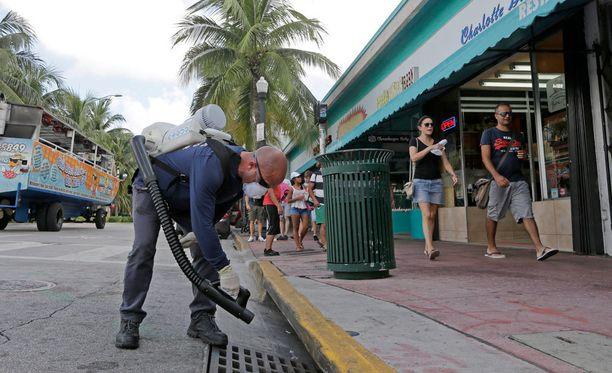 Hyönteisiä myrkytetään Miamissa zika-viruksen torjuntatyönä. Kuva viime viikolta.