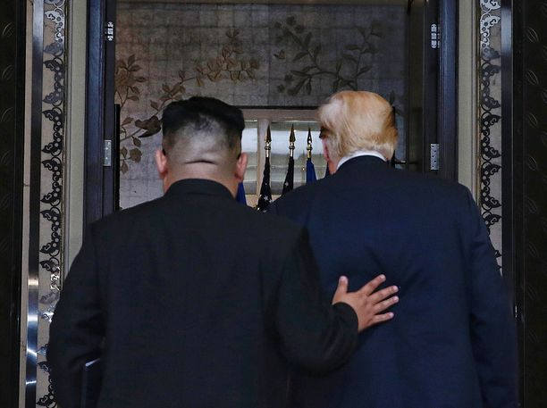 Kim Jong-un (vas.) ja Donald Trump tapasivat elokuussa Singaporessa.