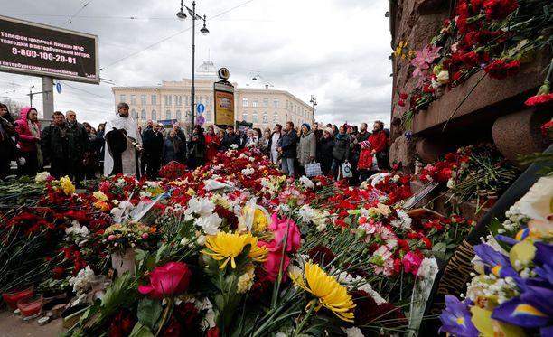 Pietarilaiset ovat tuoneet kukkia metroaseman edustalle.
