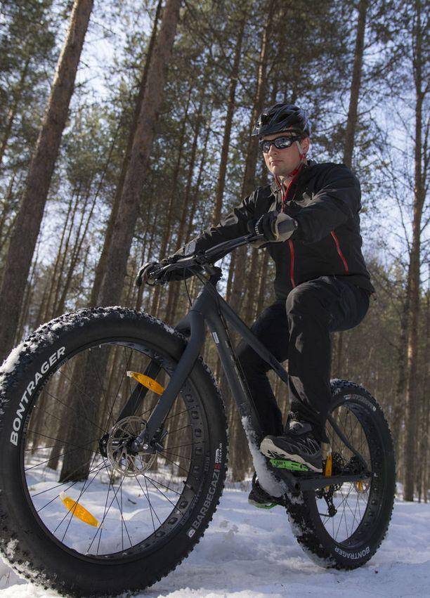 Matti Härkönen polki Hietasaaressa ja meren jäällä läskipyörää.