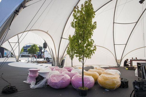 Balloon-lavan vierestä löytyy kupoliteltta, missä ihastuttaa Eero Aarnio Originals design-kalustus.