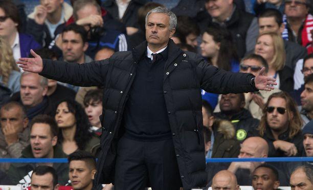 Jose Mourinho ei voinut kuin levitellä käsiään, kun Chelsea pyöritteli Manchester Unitedia 4-0.
