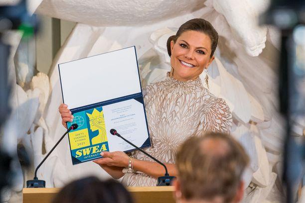 Ruotsin kruununprinsessa Victoria vastaanotti palkinnon hymyssäsuin.