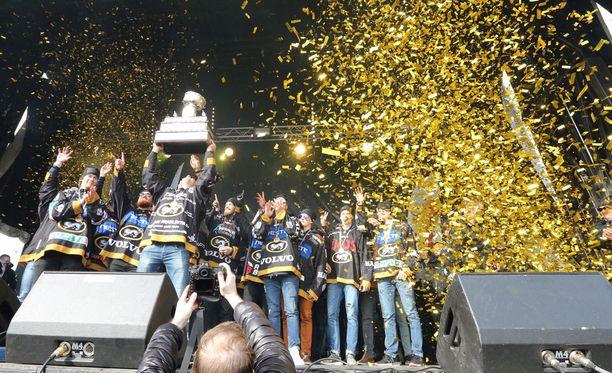 Kärpät juhli Suomen mestaruuttaan kallellaan olevan Kanada-maljan kera.