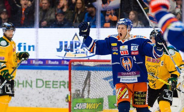 Tapparan Jani Lajunen tuuletti seitsemäänessä puolivälieräottelussa Ilvestä vastaan.